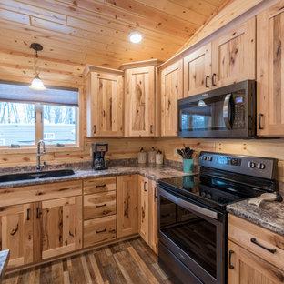 ミネアポリスの中くらいのラスティックスタイルのおしゃれなキッチン (アンダーカウンターシンク、シェーカースタイル扉のキャビネット、中間色木目調キャビネット、ラミネートカウンター、シルバーの調理設備、リノリウムの床、マルチカラーの床、ターコイズのキッチンカウンター) の写真