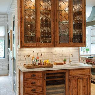 バーリントンのラスティックスタイルのおしゃれなキッチン (アンダーカウンターシンク、ガラス扉のキャビネット、中間色木目調キャビネット、御影石カウンター、白いキッチンパネル、サブウェイタイルのキッチンパネル、シルバーの調理設備の) の写真