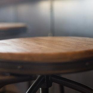 フェニックスの巨大なラスティックスタイルのおしゃれなキッチン (エプロンフロントシンク、シェーカースタイル扉のキャビネット、ヴィンテージ仕上げキャビネット、ソープストーンカウンター、赤いキッチンパネル、ガラスタイルのキッチンパネル、パネルと同色の調理設備、濃色無垢フローリング、茶色い床) の写真