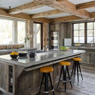Idee per una cucina in montagna con ante con finitura invecchiata, elettrodomestici in acciaio inossidabile, lavello integrato e ante in stile shaker