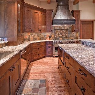 Große Rustikale Küche in L-Form mit Granit-Arbeitsplatte, bunter Rückwand, Küchengeräten aus Edelstahl, braunem Holzboden und Kücheninsel in Seattle