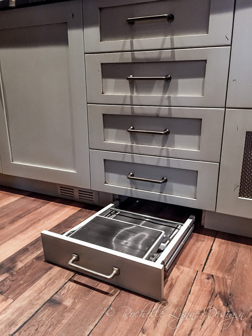 Cuisine avec des portes de placard en bois vieilli et un for Placard garde manger cuisine