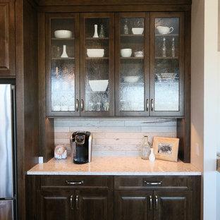 Immagine di una cucina abitabile bohémian con lavello a doppia vasca, ante lisce, ante verdi, top in superficie solida, paraspruzzi grigio, paraspruzzi in mattoni, elettrodomestici in acciaio inossidabile, pavimento in vinile e isola