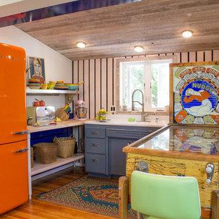 他の地域の小さいシャビーシック調のおしゃれなL型キッチン (アンダーカウンターシンク、オープンシェルフ、無垢フローリング) の写真