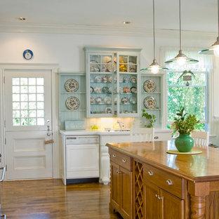 ボストンの大きいヴィクトリアン調のおしゃれなキッチン (シェーカースタイル扉のキャビネット、白いキャビネット、大理石カウンター、無垢フローリング、アンダーカウンターシンク、白いキッチンパネル、サブウェイタイルのキッチンパネル、シルバーの調理設備) の写真