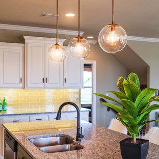 カンザスシティの大きいエクレクティックスタイルのおしゃれなキッチン (アンダーカウンターシンク、ルーバー扉のキャビネット、白いキャビネット、御影石カウンター、グレーのキッチンパネル、セラミックタイルのキッチンパネル、シルバーの調理設備の、濃色無垢フローリング、茶色い床、グレーのキッチンカウンター) の写真