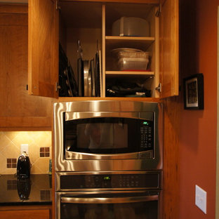 Craftsman eat-in kitchen pictures - Eat-in kitchen - craftsman l-shaped eat-in kitchen idea in Chicago with an undermount sink, shaker cabinets, medium tone wood cabinets, granite countertops, beige backsplash, stone tile backsplash and stainless steel appliances