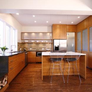 Foto på ett mellanstort funkis kök, med släta luckor, skåp i mellenmörkt trä, en undermonterad diskho, bänkskiva i betong, rostfria vitvaror, en köksö, flerfärgad stänkskydd, stänkskydd i keramik och mellanmörkt trägolv