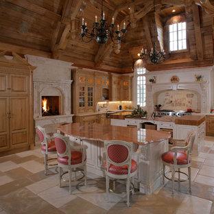 Idee per una cucina con ante con bugna sagomata, ante in legno scuro, paraspruzzi beige e elettrodomestici da incasso