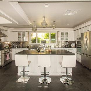 Mittelgroße Moderne Wohnküche in U-Form mit profilierten Schrankfronten, weißen Schränken, Marmor-Arbeitsplatte, Küchengeräten aus Edelstahl, Keramikboden, Kücheninsel, Landhausspüle, schwarzem Boden, Küchenrückwand in Metallic und Rückwand aus Metallfliesen in Los Angeles