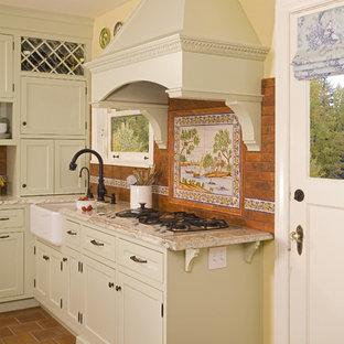 Idee per una cucina rustica con lavello stile country, ante con riquadro incassato, ante verdi, top in granito, paraspruzzi multicolore e paraspruzzi con piastrelle in terracotta
