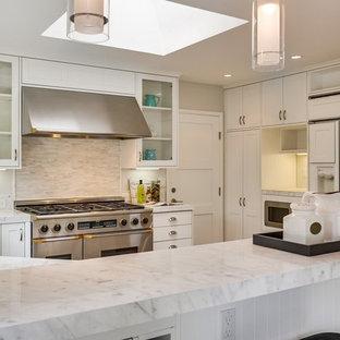 На фото: п-образная кухня-гостиная среднего размера в стиле современная классика с накладной раковиной, плоскими фасадами, белыми фасадами, мраморной столешницей, серым фартуком, фартуком из удлиненной плитки, белой техникой, паркетным полом среднего тона и полуостровом с