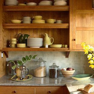 Неиссякаемый источник вдохновения для домашнего уюта: кухня в стиле кантри с светлыми деревянными фасадами, зеленым фартуком, фартуком из плитки кабанчик, фасадами с утопленной филенкой, гранитной столешницей, полуостровом и серой столешницей