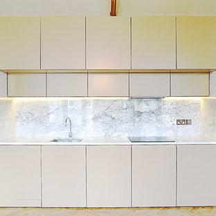 ロンドンのコンテンポラリースタイルのおしゃれなI型キッチン (アンダーカウンターシンク、シルバーの調理設備) の写真