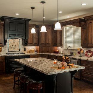 ソルトレイクシティの中くらいのトラディショナルスタイルのおしゃれなキッチン (エプロンフロントシンク、レイズドパネル扉のキャビネット、中間色木目調キャビネット、御影石カウンター、グレーのキッチンパネル、セラミックタイルのキッチンパネル、シルバーの調理設備、濃色無垢フローリング) の写真