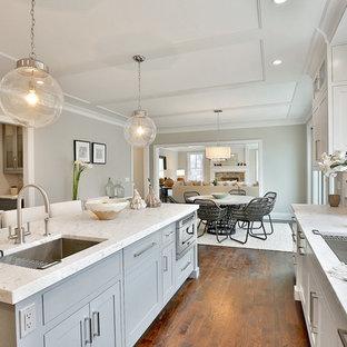 Klassische Wohnküche in U-Form mit Unterbauwaschbecken, Schrankfronten im Shaker-Stil, grauen Schränken, Kücheninsel und dunklem Holzboden in New York