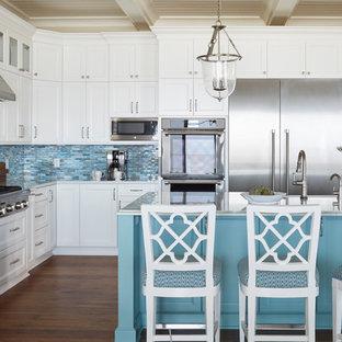 Idéer för att renovera ett stort maritimt kök, med en rustik diskho, luckor med infälld panel, turkosa skåp, bänkskiva i kvartsit, blått stänkskydd, stänkskydd i glaskakel, rostfria vitvaror, mellanmörkt trägolv, en köksö och brunt golv