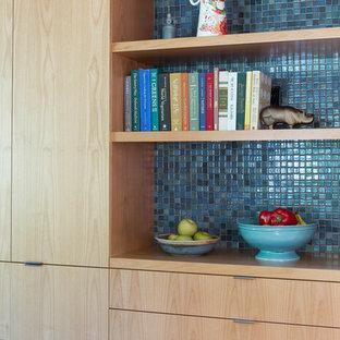 サンフランシスコの中くらいのおしゃれなキッチン (シングルシンク、フラットパネル扉のキャビネット、中間色木目調キャビネット、コンクリートカウンター、青いキッチンパネル、セラミックタイルのキッチンパネル、シルバーの調理設備、無垢フローリング) の写真
