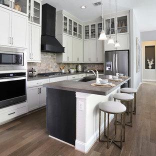 他の地域の中くらいのトランジショナルスタイルのおしゃれなキッチン (アンダーカウンターシンク、人工大理石カウンター、マルチカラーのキッチンパネル、レンガのキッチンパネル、シルバーの調理設備、茶色い床、グレーのキッチンカウンター、シェーカースタイル扉のキャビネット、白いキャビネット、濃色無垢フローリング) の写真