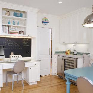 Imagen de cocina tradicional con armarios estilo shaker, puertas de armario blancas, salpicadero blanco, salpicadero de azulejos tipo metro y electrodomésticos de acero inoxidable