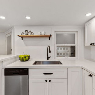 サンフランシスコの小さいヴィクトリアン調のおしゃれなキッチン (ドロップインシンク、シェーカースタイル扉のキャビネット、白いキャビネット、クオーツストーンカウンター、白いキッチンパネル、クオーツストーンのキッチンパネル、シルバーの調理設備、淡色無垢フローリング、アイランドなし、白い床、白いキッチンカウンター) の写真