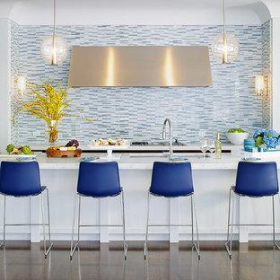 Zweizeilige, Mittelgroße Klassische Küche mit Küchenrückwand in Blau, Rückwand aus Stäbchenfliesen, dunklem Holzboden, Kücheninsel, Unterbauwaschbecken, Quarzit-Arbeitsplatte und braunem Boden in San Francisco