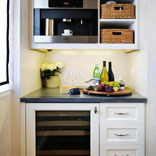 Kleine Klassische Küche ohne Insel in L-Form mit Vorratsschrank, Schrankfronten im Shaker-Stil, weißen Schränken, Küchengeräten aus Edelstahl und braunem Holzboden in San Francisco