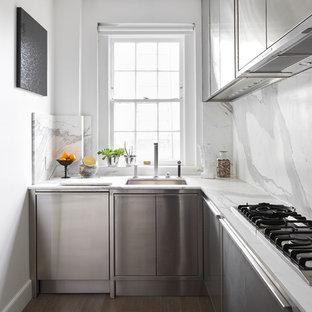 Idee per una piccola cucina a L minimal con lavello sottopiano, ante lisce, ante in acciaio inossidabile, paraspruzzi bianco, paraspruzzi in lastra di pietra, parquet scuro, nessuna isola, pavimento marrone e top bianco