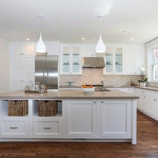Inredning av ett modernt brun brunt l-kök, med skåp i shakerstil, vita skåp, bänkskiva i kvarts, vitt stänkskydd och rostfria vitvaror