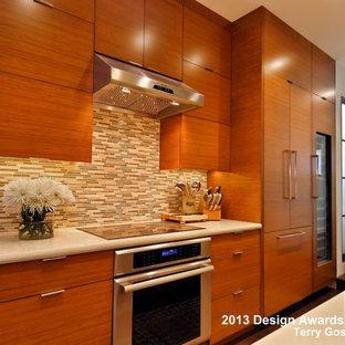 サンフランシスコの小さいアジアンスタイルのおしゃれなキッチン (アンダーカウンターシンク、フラットパネル扉のキャビネット、中間色木目調キャビネット、クオーツストーンカウンター、パネルと同色の調理設備、濃色無垢フローリング、アイランドなし) の写真