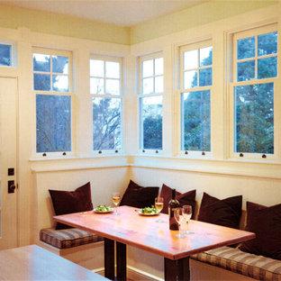 Mittelgroße Rustikale Wohnküche in U-Form mit Landhausspüle, Schrankfronten im Shaker-Stil, beigen Schränken, Granit-Arbeitsplatte, Küchenrückwand in Schwarz, Rückwand aus Granit, weißen Elektrogeräten, braunem Holzboden, Kücheninsel, beigem Boden und schwarzer Arbeitsplatte in San Francisco