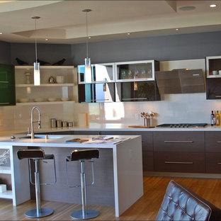 Ejemplo de cocina en U, actual, grande, con fregadero bajoencimera, armarios con paneles lisos, puertas de armario marrones, encimera de cuarzo compacto y península