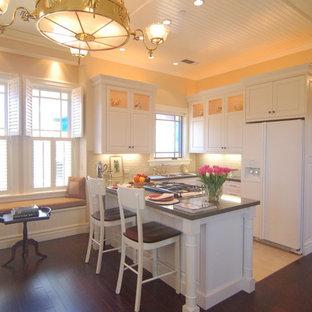 サンルイスオビスポのヴィクトリアン調のおしゃれなキッチン (ドロップインシンク、レイズドパネル扉のキャビネット、白いキャビネット、クオーツストーンカウンター、白いキッチンパネル、磁器タイルのキッチンパネル、白い調理設備) の写真
