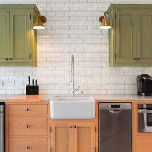 Exempel på ett litet klassiskt linjärt kök, med en rustik diskho, luckor med infälld panel, marmorbänkskiva, vitt stänkskydd och stänkskydd i keramik