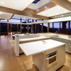 Contemporary Kitchen by BAY WEST BUILDERS