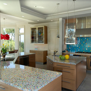 Неиссякаемый источник вдохновения для домашнего уюта: кухня в современном стиле с столешницей из переработанного стекла, техникой из нержавеющей стали, плоскими фасадами, фасадами цвета дерева среднего тона и разноцветной столешницей