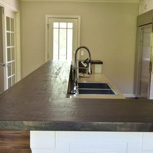 サンフランシスコの中サイズのヴィクトリアン調のおしゃれなキッチン (ドロップインシンク、レイズドパネル扉のキャビネット、白いキャビネット、木材カウンター、グレーのキッチンパネル、セラミックタイルのキッチンパネル、シルバーの調理設備の、濃色無垢フローリング、茶色い床、茶色いキッチンカウンター) の写真