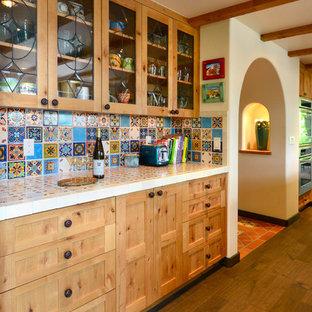 Inspiration för stora amerikanska kök, med en rustik diskho, luckor med infälld panel, turkosa skåp, träbänkskiva, flerfärgad stänkskydd, stänkskydd i keramik, rostfria vitvaror, mellanmörkt trägolv, en köksö och brunt golv