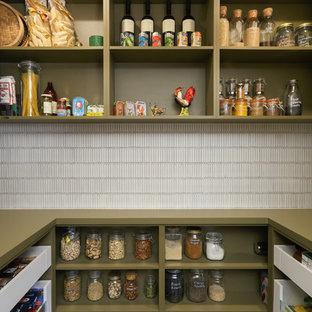 メルボルンの大きいコンテンポラリースタイルのおしゃれなキッチン (緑のキャビネット、人工大理石カウンター、白いキッチンパネル、オープンシェルフ、ボーダータイルのキッチンパネル、緑のキッチンカウンター) の写真