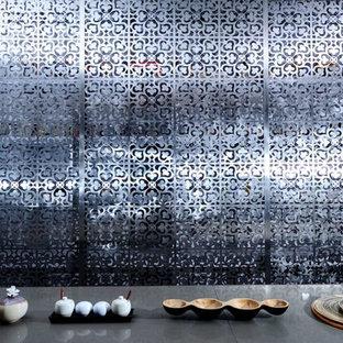 Exemple d'une cuisine ouverte parallèle asiatique de taille moyenne avec un plan de travail en bois, une crédence blanche, un sol en bois brun, une péninsule et une crédence en dalle métallique.