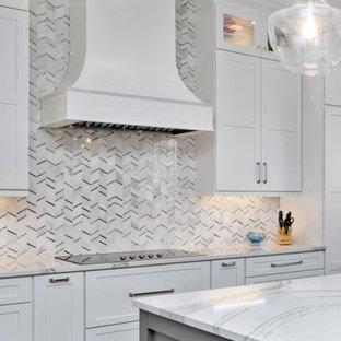 Große Klassische Küche in U-Form mit Vorratsschrank, Triple-Waschtisch, Schrankfronten im Shaker-Stil, weißen Schränken, Quarzit-Arbeitsplatte, Küchenrückwand in Weiß, Rückwand aus Marmor, Küchengeräten aus Edelstahl, dunklem Holzboden, Kücheninsel, braunem Boden und weißer Arbeitsplatte in Atlanta