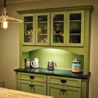 Bild på ett avskilt, mellanstort lantligt u-kök, med en rustik diskho, skåp i shakerstil, vita skåp, granitbänkskiva, vitt stänkskydd, stänkskydd i tunnelbanekakel, rostfria vitvaror, mörkt trägolv och en köksö