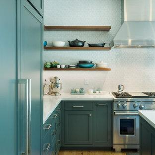 サンフランシスコの大きいモダンスタイルのおしゃれなキッチン (エプロンフロントシンク、シェーカースタイル扉のキャビネット、青いキャビネット、クオーツストーンカウンター、白いキッチンパネル、セラミックタイルのキッチンパネル、シルバーの調理設備の、淡色無垢フローリング、白いキッチンカウンター) の写真