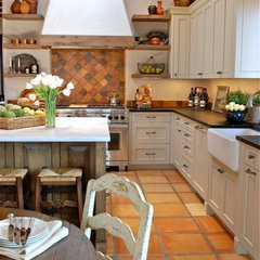 traditional kitchen by Casa Solterra