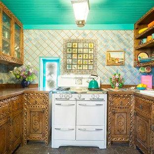 Mittelgroße, Geschlossene Mediterrane Küche ohne Insel in U-Form mit Doppelwaschbecken, hellbraunen Holzschränken, bunter Rückwand, Arbeitsplatte aus Holz, Rückwand aus Terrakottafliesen, bunten Elektrogeräten und Backsteinboden in Albuquerque