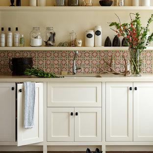 サンフランシスコのトランジショナルスタイルのおしゃれなキッチン (アンダーカウンターシンク、落し込みパネル扉のキャビネット、白いキャビネット、赤いキッチンパネル) の写真