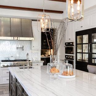 Große Klassische Küche mit Unterbauwaschbecken, Kassettenfronten, weißen Schränken, Quarzit-Arbeitsplatte, Küchenrückwand in Weiß, Rückwand aus Marmor, Küchengeräten aus Edelstahl, Travertin, Kücheninsel, beigem Boden und weißer Arbeitsplatte in San Diego