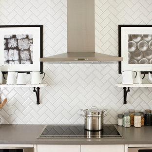 トロントのトラディショナルスタイルのおしゃれなキッチン (白いキャビネット、白いキッチンパネル、シルバーの調理設備の、オープンシェルフ、セラミックタイルのキッチンパネル、グレーのキッチンカウンター) の写真