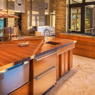 Offene, Große Mid-Century Küche in L-Form mit Unterbauwaschbecken, flächenbündigen Schrankfronten, hellbraunen Holzschränken, Arbeitsplatte aus Holz, Elektrogeräten mit Frontblende, Kalkstein und Kücheninsel in Tampa