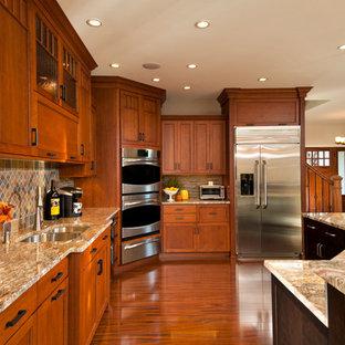 Große Klassische Wohnküche in L-Form mit Schrankfronten mit vertiefter Füllung, Granit-Arbeitsplatte, bunter Rückwand, Küchengeräten aus Edelstahl, Kücheninsel, braunem Boden, Unterbauwaschbecken, hellbraunen Holzschränken, Rückwand aus Schiefer, braunem Holzboden und bunter Arbeitsplatte in Boston